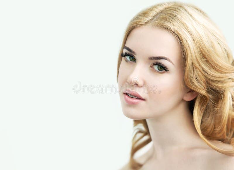 与完善的新鲜的皮肤、长的睫毛和牙的秀丽模型 库存照片