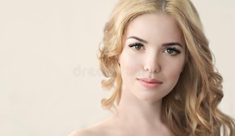 与完善的新鲜的皮肤和长的睫毛的秀丽模型 免版税图库摄影