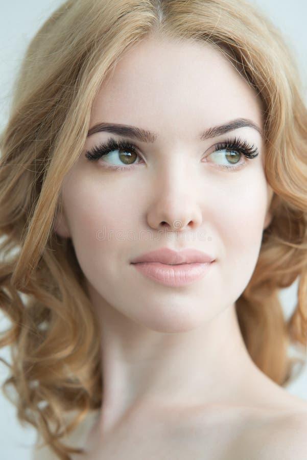 与完善的新鲜的皮肤和长的睫毛的秀丽模型 免版税库存照片