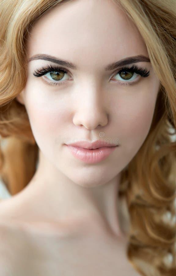 与完善的新鲜的皮肤和长的睫毛的秀丽模型 库存照片