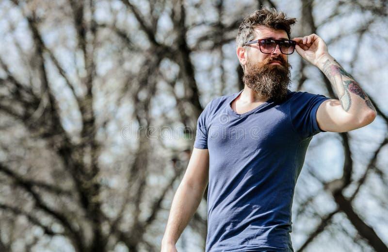 与完善的样式的残酷男性 室外有胡子的人 胡子关心和理发店 男性时尚和秀丽 r 图库摄影