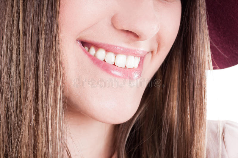 与完善的牙和明亮的微笑的笑的妇女嘴 免版税库存图片