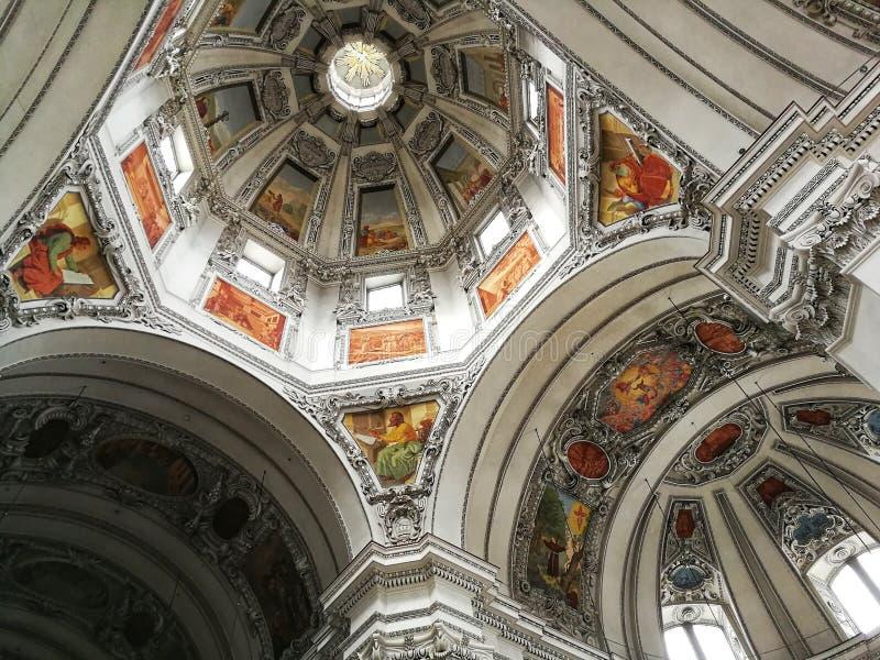 与宗教动机的最美好的天花板在萨尔茨堡主教座堂,奥地利 免版税库存图片