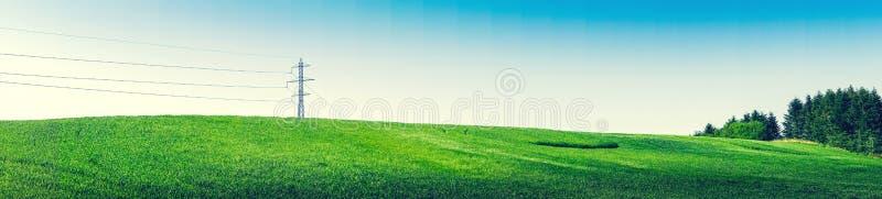 与定向塔和绿色树的全景风景 免版税库存照片