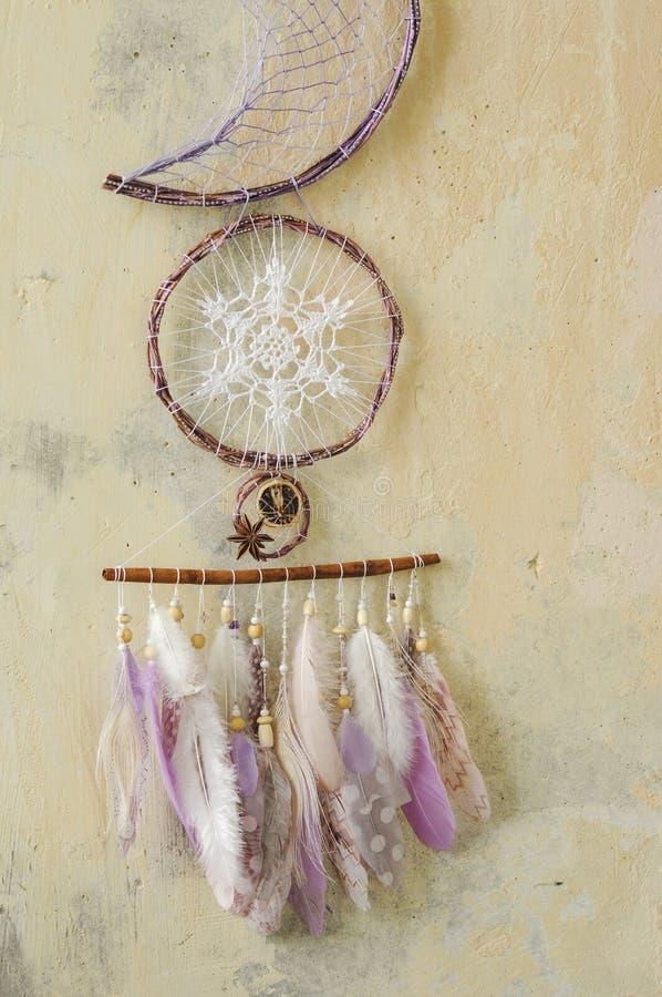 与宝石的特写镜头细节现代dreamcatcher,钩针编织小垫布雪花,被绘的羽毛,肉桂条,八角 图库摄影