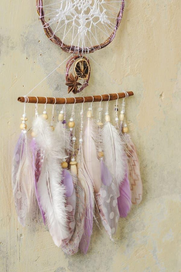 与宝石的特写镜头细节现代dreamcatcher,钩针编织小垫布雪花,被绘的羽毛,肉桂条,八角 免版税库存图片