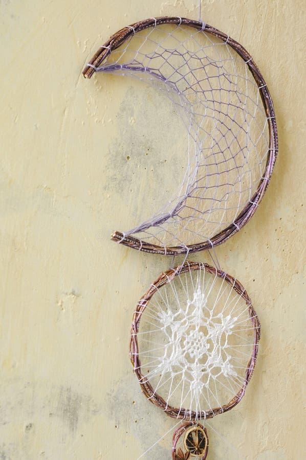 与宝石的特写镜头细节现代dreamcatcher,钩针编织小垫布雪花,被绘的羽毛,肉桂条,八角 免版税库存照片