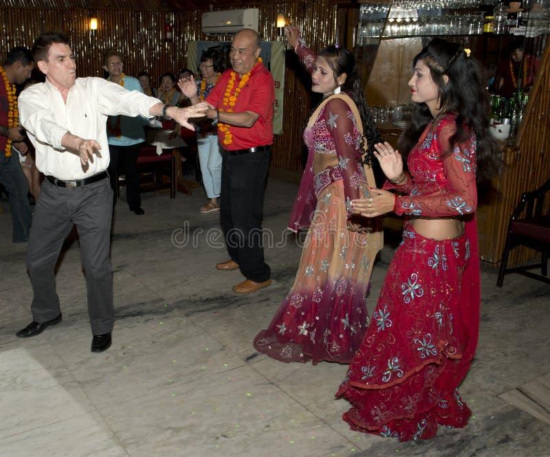 与宝莱坞舞蹈家的游人舞蹈在印度 库存图片