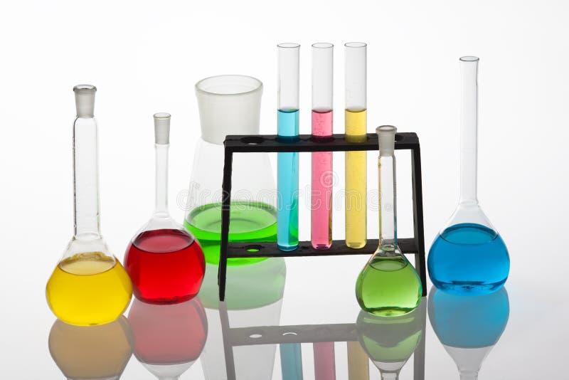 与实验室玻璃器皿的Chemisty集合用各种各样的colou填装了 库存图片