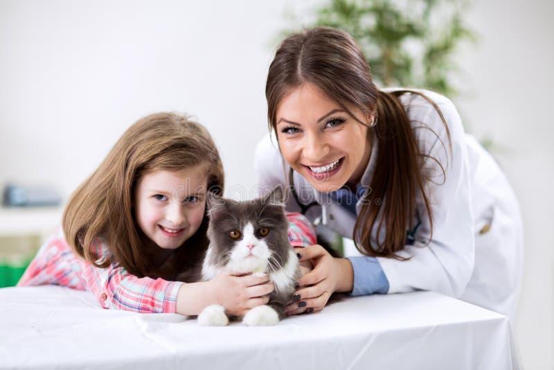 与宠物的孩子在兽医医生 图库摄影