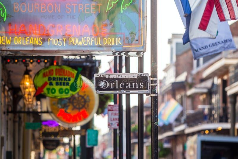 与客栈和酒吧的路牌在法国街区 库存图片