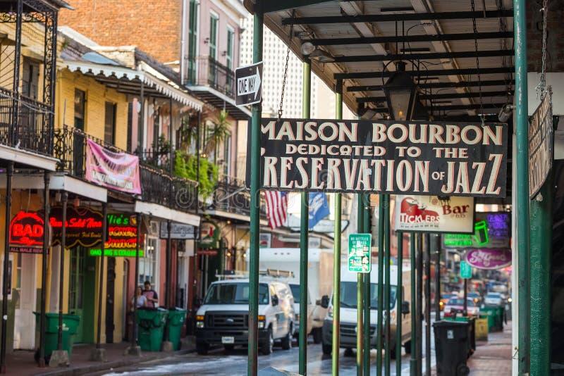 与客栈和酒吧的路牌在法国街区 库存照片