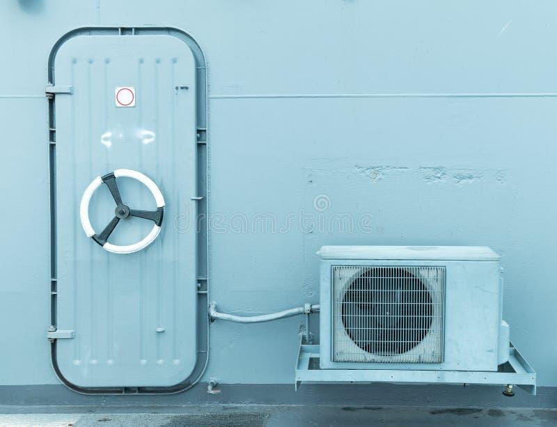 与室外空气压缩机的闭合的水密门 库存照片