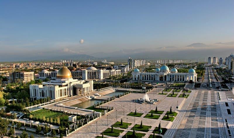 与宫殿的都市风景 免版税库存照片