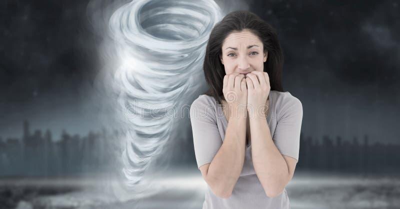 与害怕的妇女的龙卷风扭转者被绘的和黑暗的天空 向量例证