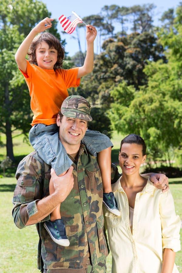 与家庭团聚的美军士兵 免版税库存图片