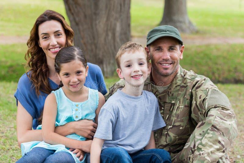 与家庭团聚的英俊的战士 图库摄影