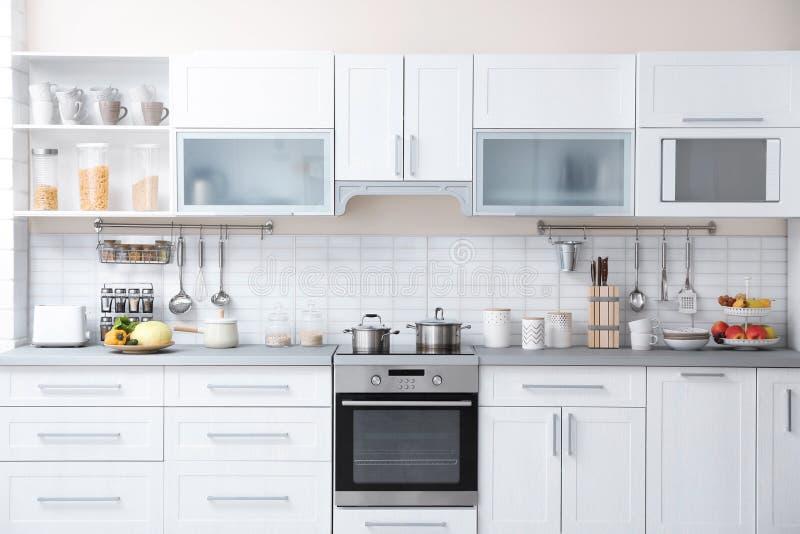 与家庭用品的现代厨房内部 免版税库存照片