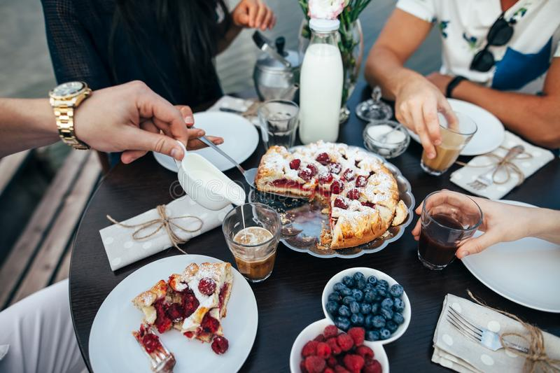 与家庭的可口早餐 免版税库存照片