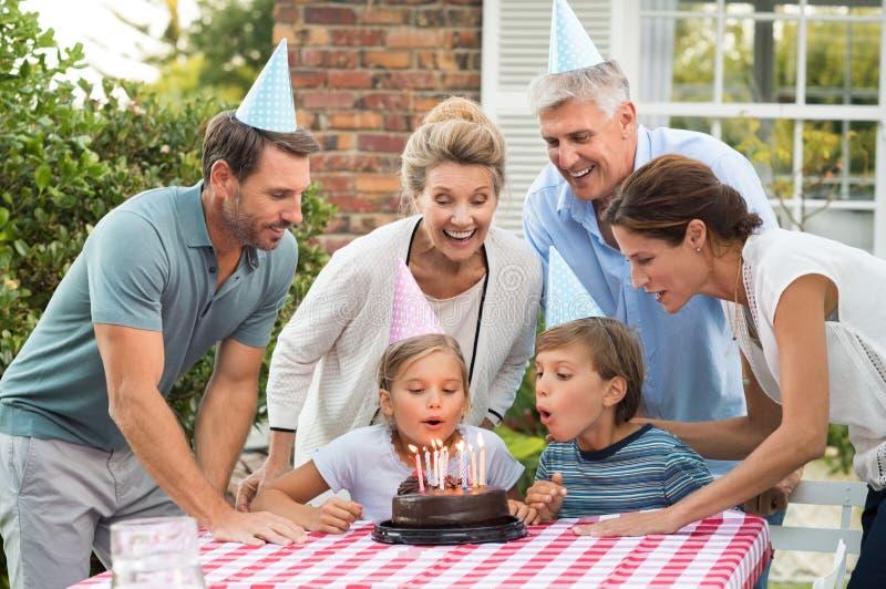 与家庭的女孩生日 免版税图库摄影