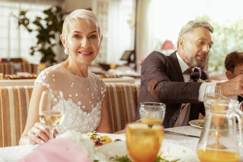 与家庭的年迈的夫妇感觉愉快的庆祝的婚礼 免版税库存照片