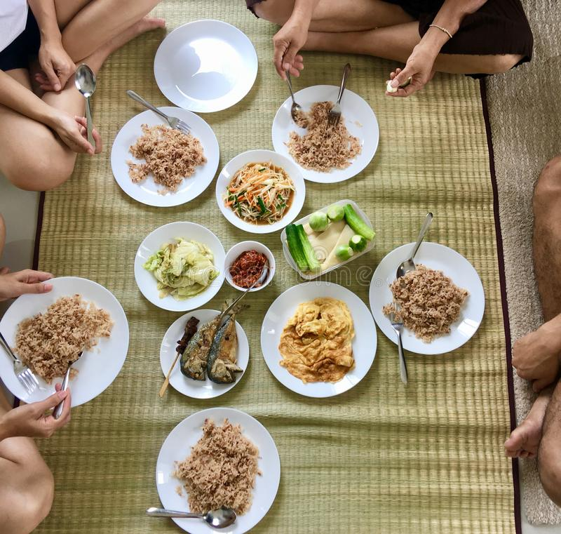 与家庭的泰国样式早餐 免版税库存图片