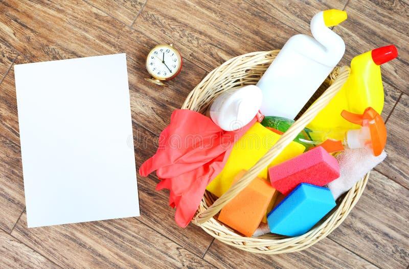 与家用化工产品和时钟的清洗的服务背景 您的署名的空的白色地方 免版税库存图片