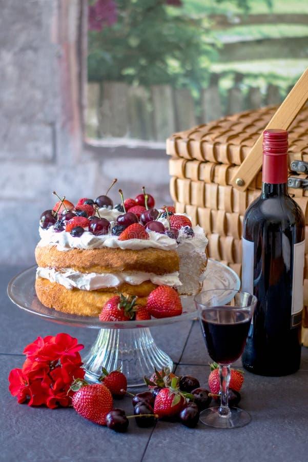 与家的浪漫野餐做了蛋糕 库存照片