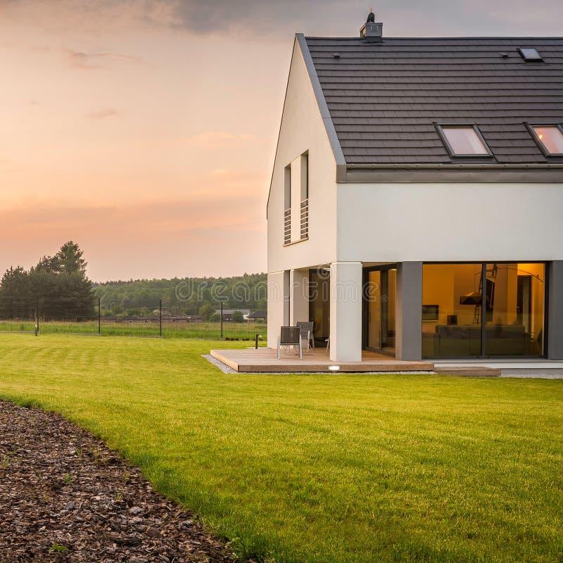 与宽草坪的现代别墅 库存照片