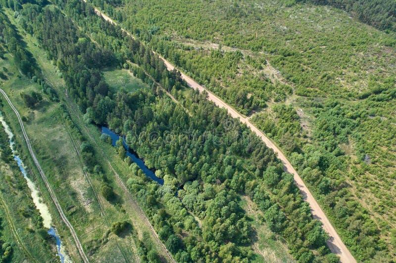 与寄生虫的航拍 与绿色森林、路和湖的风景 库存照片