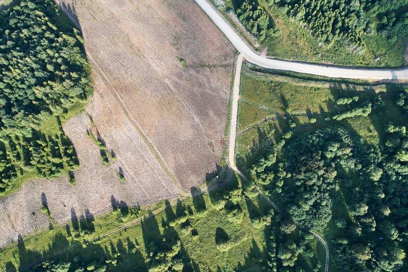与寄生虫的航拍 与路的被犁的领域在边缘 库存图片