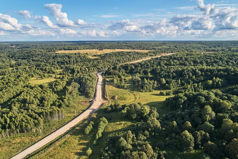 与寄生虫的航拍 穿过森林的土路 库存图片