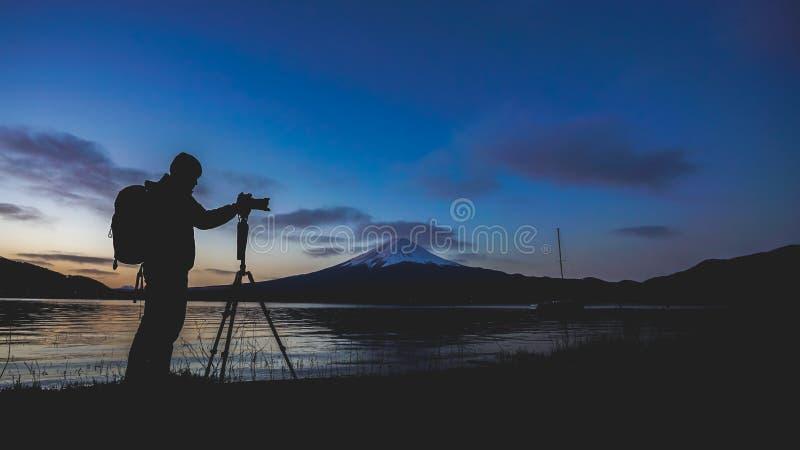 与富士山的摄影师剪影 免版税库存图片