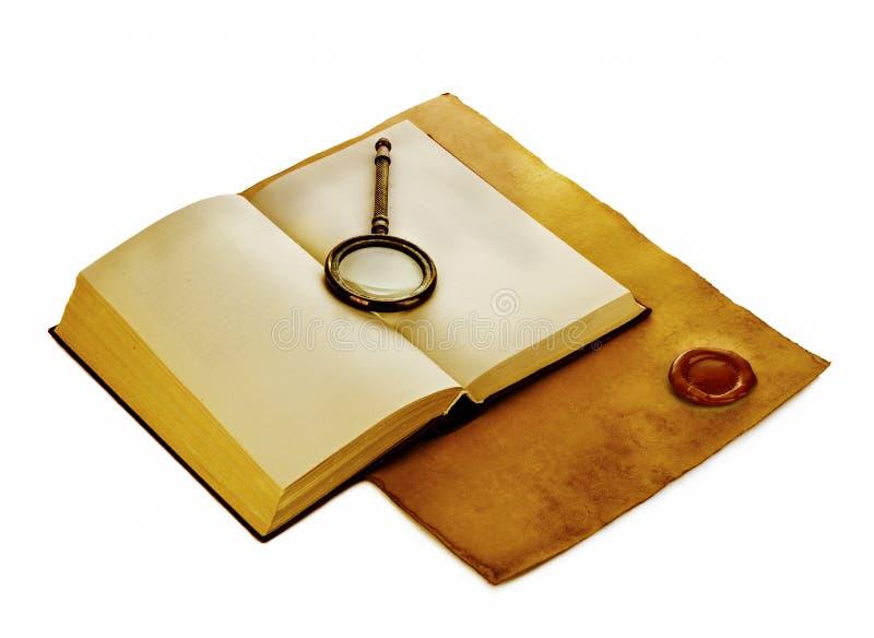 与寸镜的老开放书在与红色蜡封印的葡萄酒纸 免版税库存图片
