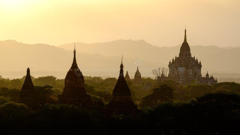 与寺庙剪影的日落风景视图在Bagan,缅甸 库存图片