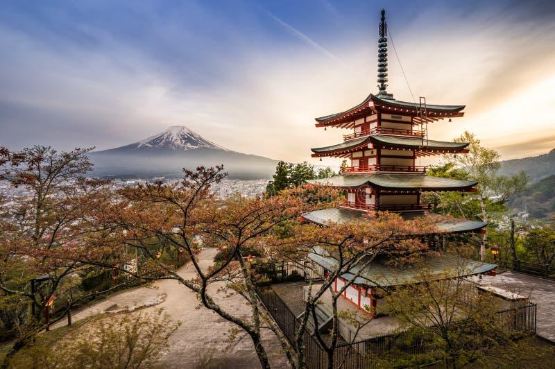 与寺庙(chureito塔)的Fujisan 免版税库存照片