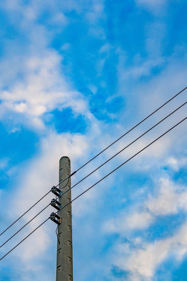 与导线和天空的电线杆 免版税库存照片