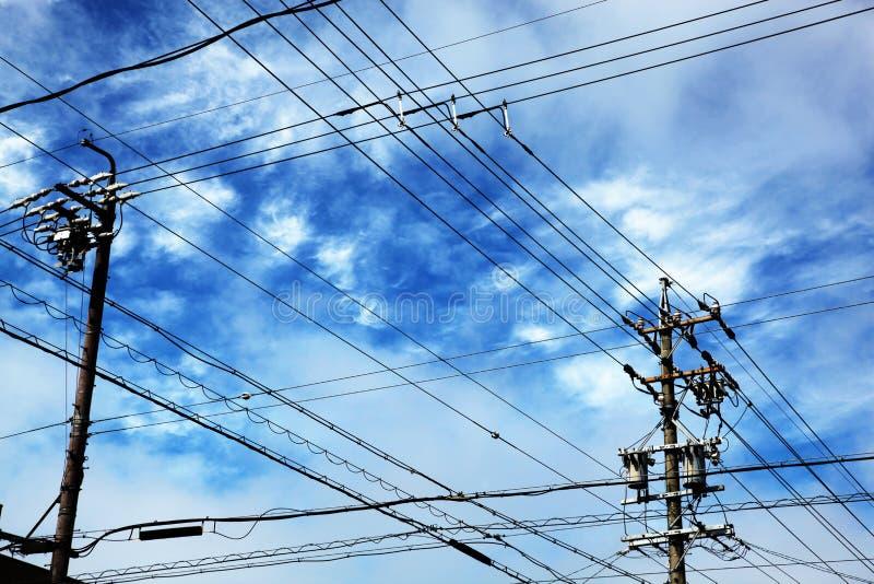 与导线的电线杆 免版税库存照片