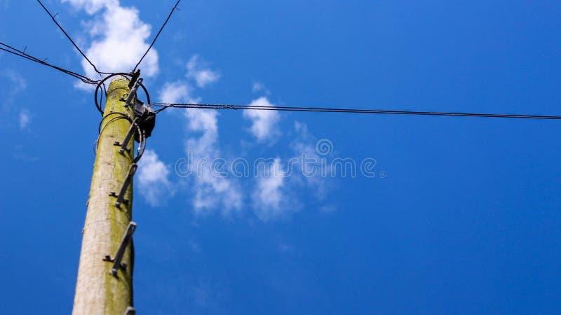 与导线的蓝天 免版税库存照片