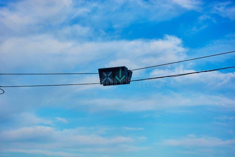 与导线的路标反对表明可逆交通的天空 库存照片