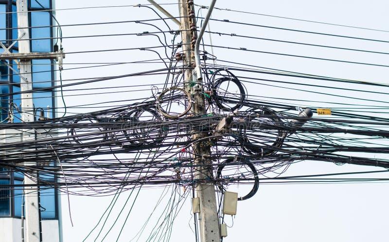 与导线缠结的电杆 图库摄影