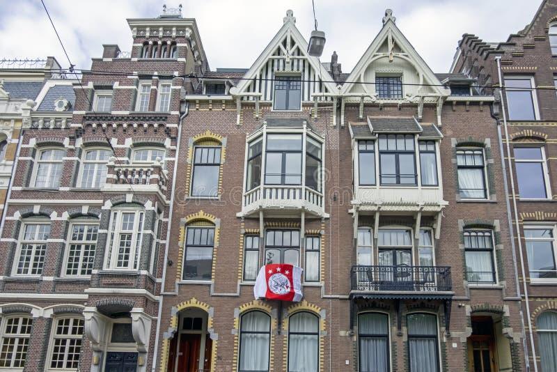 与尊敬从阿贾克斯的阿贾克斯旗子的荷兰门面全国冠军在阿姆斯特丹荷兰 免版税库存照片