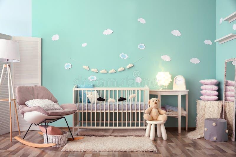 与小儿床的现代婴孩室内部 库存照片