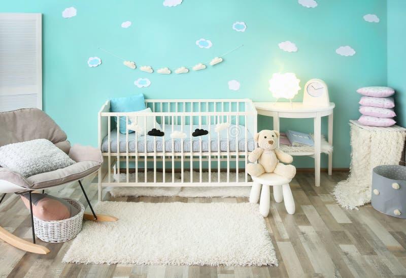 与小儿床的现代婴孩室内部 库存图片