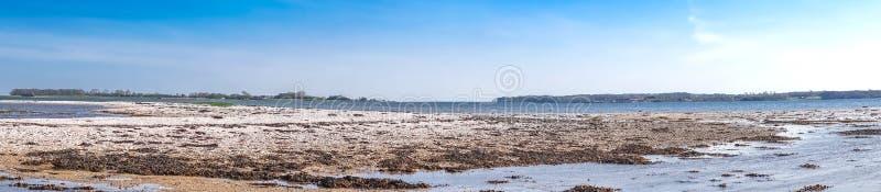 与小卵石的沿海风景在海滩 图库摄影