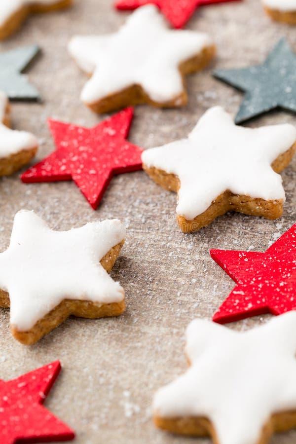 与小圣诞节装饰的圣诞节曲奇饼 库存图片