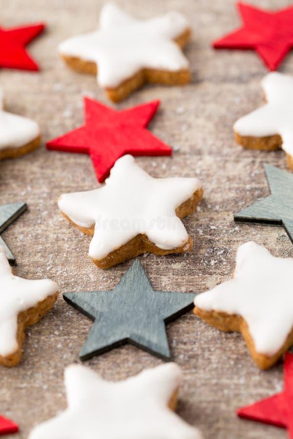 与小圣诞节装饰的圣诞节曲奇饼 免版税图库摄影