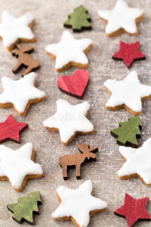 与小圣诞节装饰的圣诞节曲奇饼 免版税库存图片