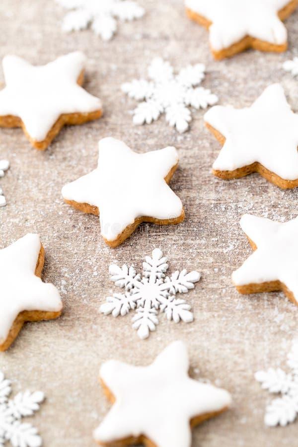 与小圣诞节装饰的圣诞节曲奇饼 免版税库存照片