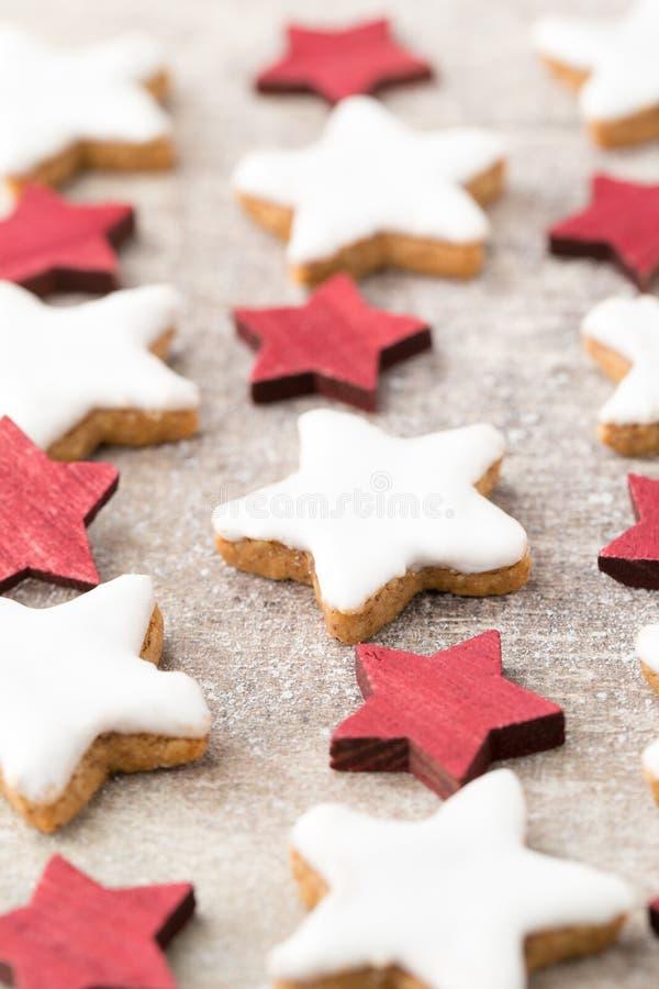 与小圣诞节装饰的圣诞节曲奇饼 库存照片